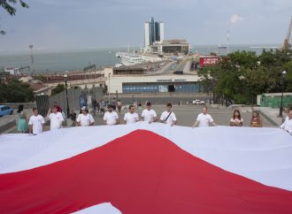 «Батьківщина» Одещини відзначила День Конституції розгортанням велетенського полотнища із символом партії