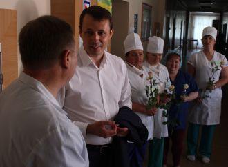 Чернігівська «Батьківщина» привітала медиків 600-ми тортами й трьома тисячами троянд