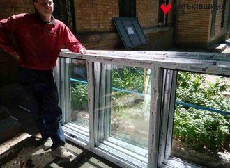 Депутати «Батьківщини» допомагають киянам встановлювати нові вікна