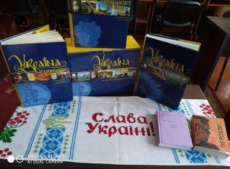 Дарунок бібліотеці від активістки тернопільської «Батьківщини»